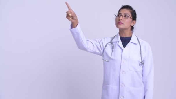 Mladá žena šťastná perský lékař myšlení a směřující nahoru