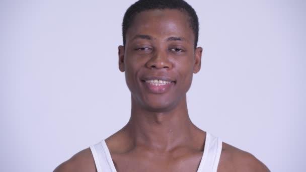 Tvář šťastného mladého Afričana usmívajícího se