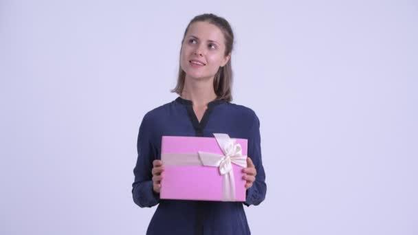 Šťastná Mladá krásná obchodženská, když drží dárkovou schránku