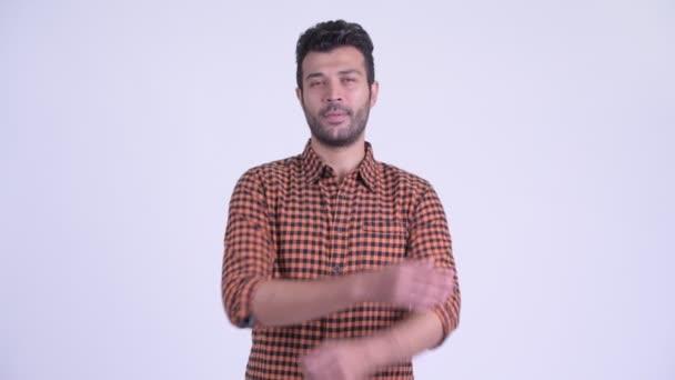 Šťastný vousatý perský alternativců s úsměvem zkříženýma v ruce