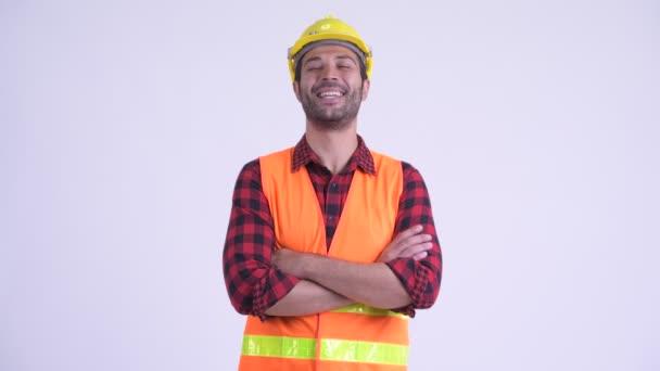 Štastný vousatý perský muž se smíchem se zkříženýma rukama