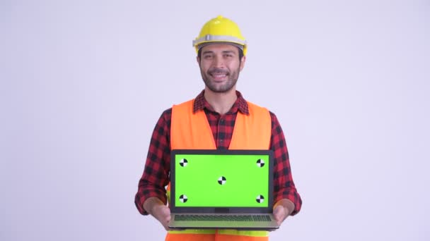 Spokojený muž s vousatý Peršan při zobrazování laptopu