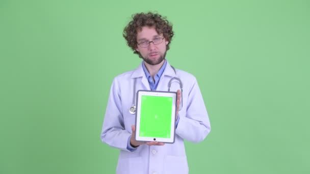 Zdůraznil mladý vousatý doktor zobrazující digitální tablet