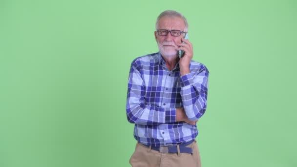 Boldog vezető szakállas csípő ember beszél a telefon