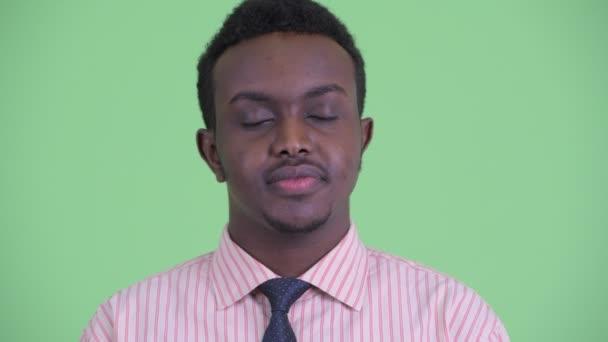 Tvář šťastného mladého afrického obchodníka, který odpočívám s očima zavřených