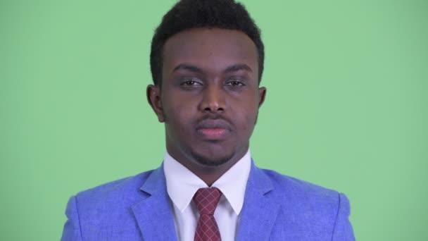 A boldog fiatal afrikai üzletember ruha mosolygó arc