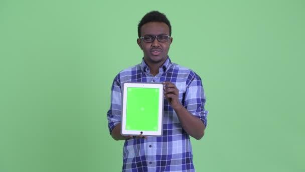 Vidám fiatal afrikai csípő ember beszélő rövid idő bemutatás digitális tabletta