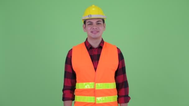 Šťastný mladý dělník multietnického muže se usmívá