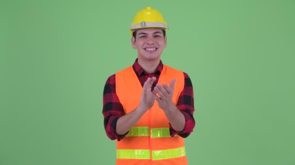 Šťastný mladý víceetnický dělník, tleskání rukou