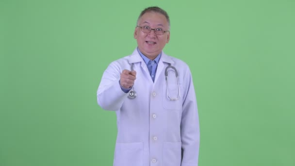 glücklich Reifen Japanisch Mann Arzt zeigt auf Kamera
