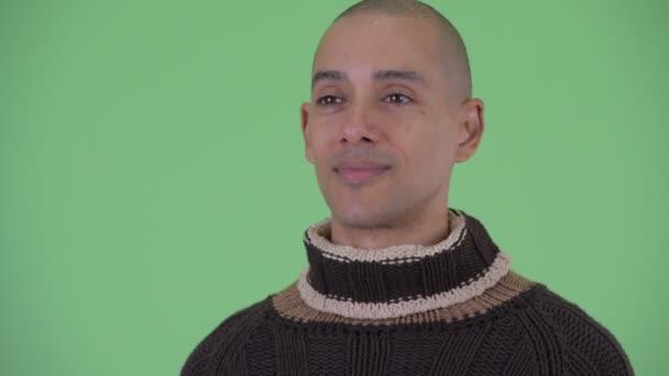 Tvář šťastného holohlavého multietnického muže připraveného na zimu