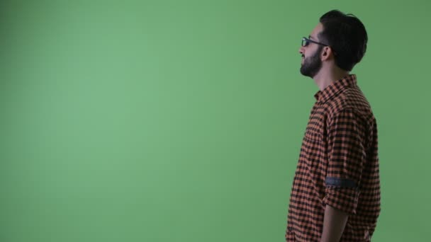 Profil megtekintése boldog fiatal szakállas perzsa csípő ember mosolygós
