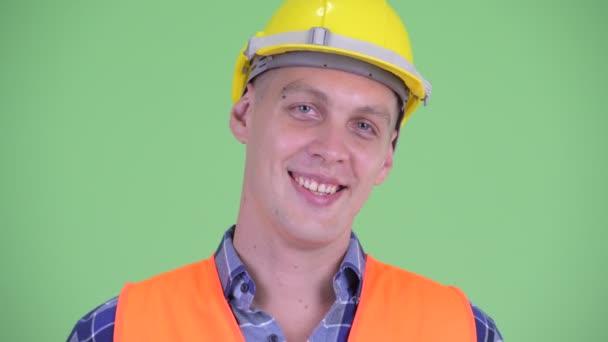 Tvář šťastný mladý muž stavební dělník s úsměvem