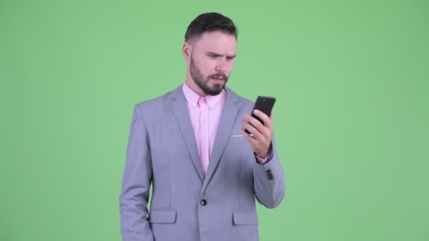 Hangsúlyozta fiatal szakállas üzletember a telefon és a szerzés rossz hír