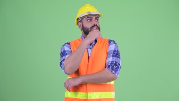 Zdůraznil mladý nadváhu vousatý muž stavební pracovník myšlení