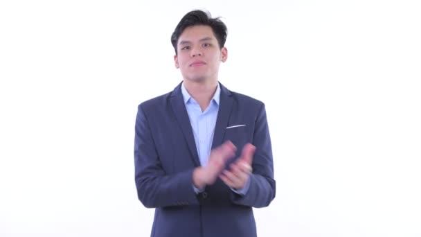 Šťastný mladý asijský obchodník tleskání rukou