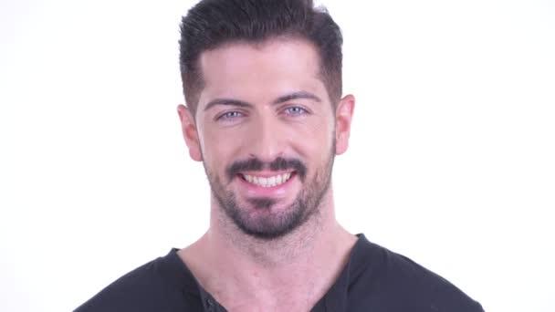 Arca boldog fiatal jóképű szakállas férfi mosolygós