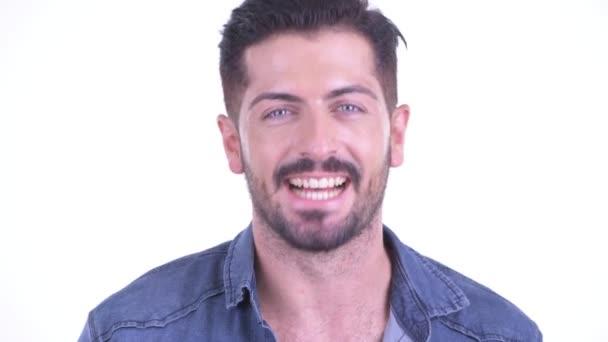 Arca boldog fiatal szakállas csípő ember bólogat fejét igen