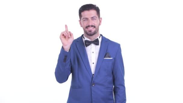 Boldog fiatal csinos szakállas üzletember rámutatva