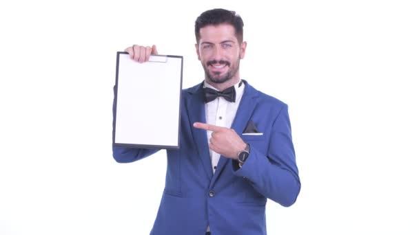 Boldog ifjú szakállas üzletember mutatja vágólapra, és amely remek