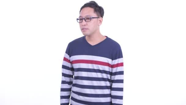 Stressato luomo hipster giapponese guardandosi intorno e sentendosi sconvolto