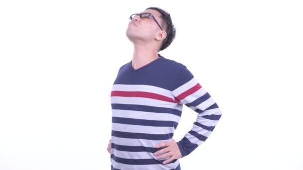 gestresster japanischer Hipster mit Brille hat Rückenschmerzen