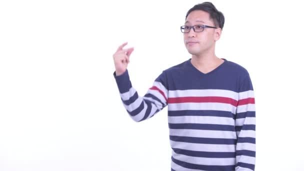 Felice giapponese hipster uomo schioccare le dita e dando pollici in su