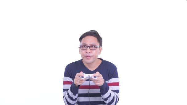 Gesicht des glücklichen japanischen Hipster-Mannes mit Brille beim Spielen