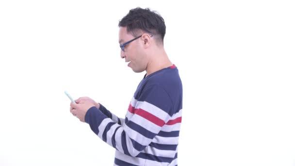 Vista profilo delluomo hipster giapponese con telefono portato via