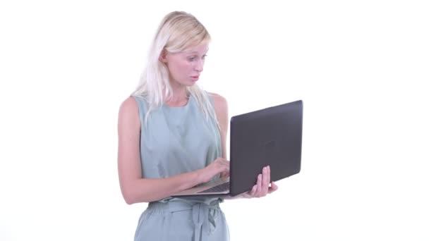 glücklich junge schöne blonde Frau mit Laptop und schauen überrascht