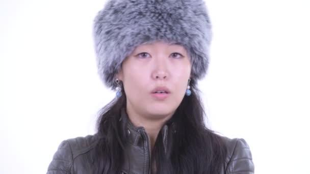 Tvář vážného asijské ženy pokyvující hlavu ne