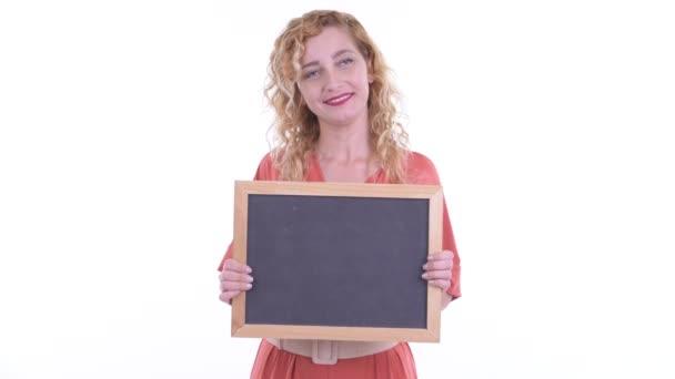 Šťastná krásná blondýnka podnikatelka myšlení při držení tabule