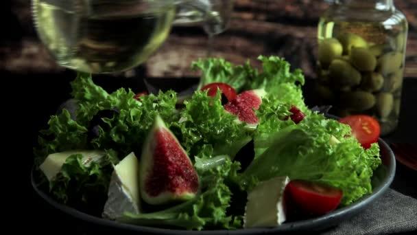 salát s fíky a rajčatovým sýrem nalijte olivový olej