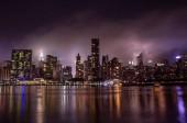 Orizzonte di Manhattan alla notte con riflessi. Grattacieli di New York City, Stati Uniti