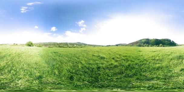 360 Vr, egy gyönyörű hegyi réten timelapse nyári vagy őszi időben. Felhők, zöld fű és a nap sugarai.