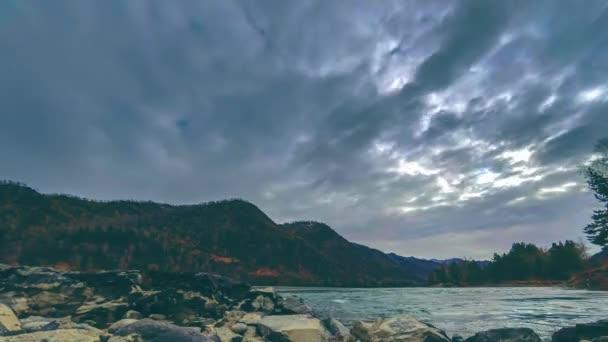 Čas zanikla záběr řeky poblíž horského lesa. Obrovské skály a rychlé mraky movenings. Vodorovný posuvník hnutí