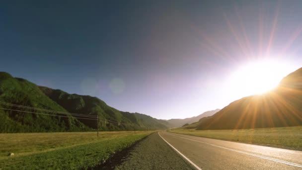 Horská silnice čas vypršel v létě nebo na podzim západu slunce čas. Divoká příroda a venkovské pole.