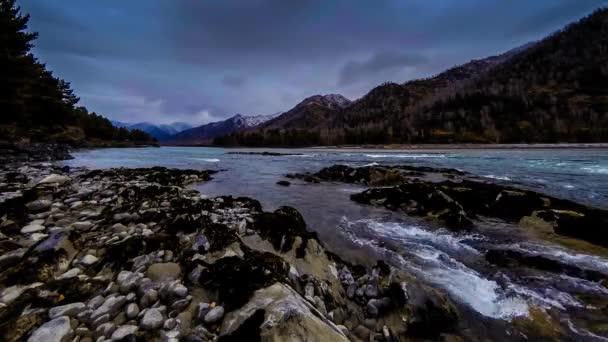 Čas zanikla záběr řeky poblíž horského lesa. Obrovské skály a rychlé mraky movenings