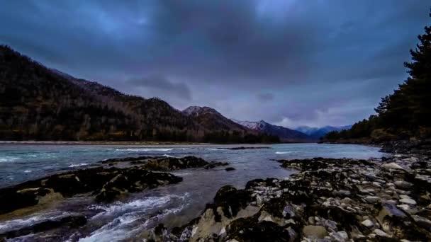 4 k Uhd timelapse záběr stříkající vody v řece poblíž horského lesa. Obrovské skály a rychlé mraky movenings