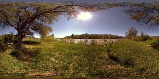 UHD 4k 360 Vr virtuální realita řeka teče přes skály v krásné horské krajině lesů