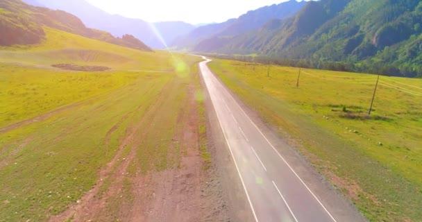 Let nad asfalt silnice v horách a pastviny