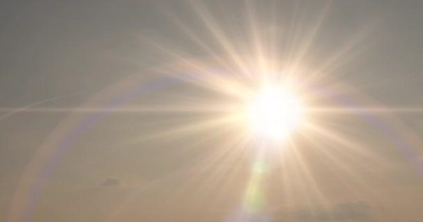 Zeitraffer von Lichtstrahlen über dem Meer oder Ozean bei Sonnenuntergang. Heißes Sommerwetter bei tropischem Wetter. Panoramabewegung.