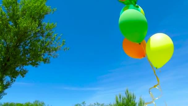 barevné bubliny na pozadí modré oblohy