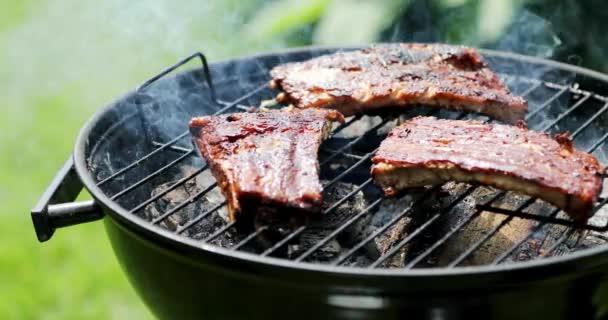 Americká Grilovaná jídla - Příprava vepřová žebra na gril na dřevěné uhlí