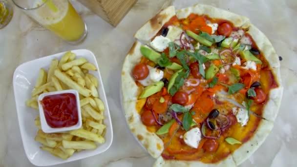 Rychlé občerstvení jídlo ruku si pizzu. pohled shora