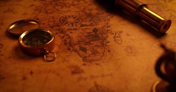 položky navigace na staré mapě světa. 4 k dolly shot