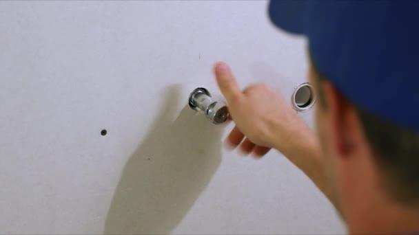 instalatér instalací vody uzavírací ventil na pračku v koupelně domácí
