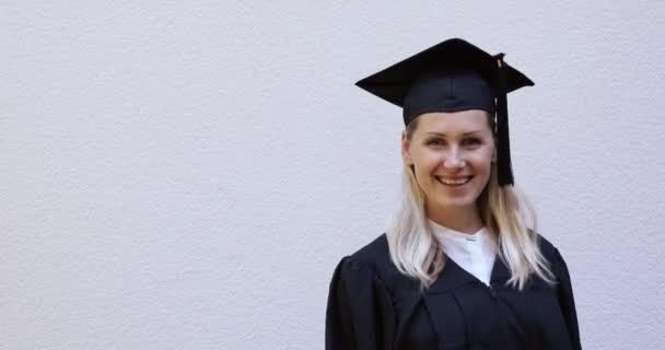 Happy ukazující její nové maturitní diplom s maturitou
