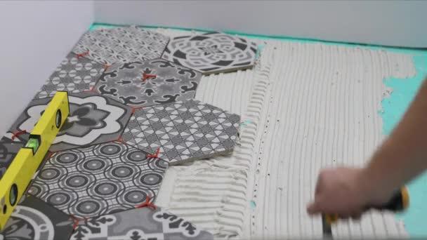 obkladač, použití lepidla na podlahy
