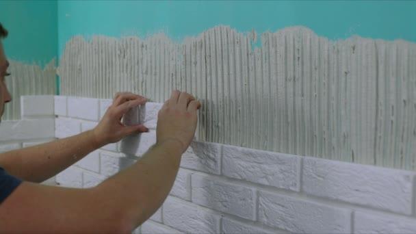 pracovní obkládat zeď s peřinku dekorativní kameny